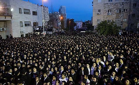 Thousands of Haredim protested in front of the IDF recruiting office in Jerusalem, May 16, 2013.