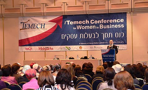 Rabbi Berkovits addressing the crowd of nearly 500 women at the Temech Conference in Jerusalem.