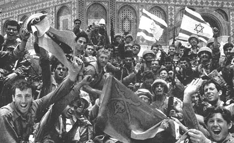 The picture no one seems to remember: Jewish soldiers celebrating the liberation of Temple Mount, 46 years ago Friday.