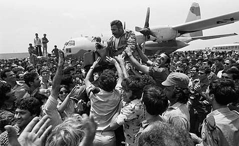 Entebbe hostages greeting IDF soldiers, 1976.