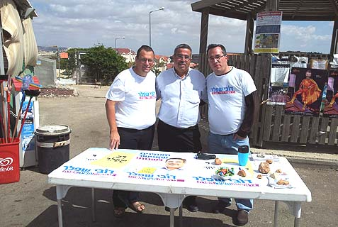 American oleh Avraham Ben-Tzvi (r.) with Yossi Hess (l.) and Dovi Shefler (c.) campaigning for Efrat town council.