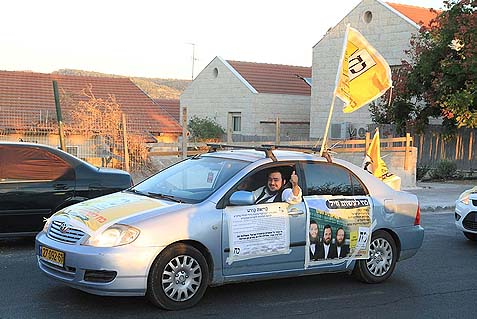 A Haredi campaign worker in action in Beit Shemesh on the days before the elections. At this point there's no telling just how wide the Haredi voting fraud has been. All Jewish Home needs to show are 924 fraudulent votes – the difference between the Shas incumbent's and the Zionist second finisher.