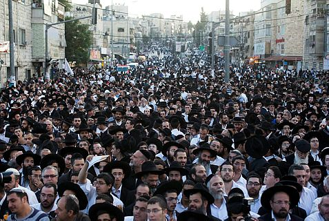 More than 150,000 people crowd Jerusalem streets Sunday to make the last day of shiva for Rav Ovadia Yosef.