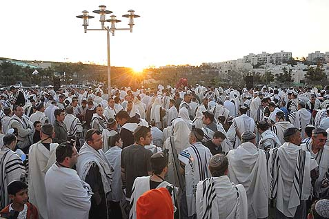 "Hundreds of Jews gathere in Modi'in for the Birkat Hachama, ""Blessing of the Sun,"" April 08, 2009."