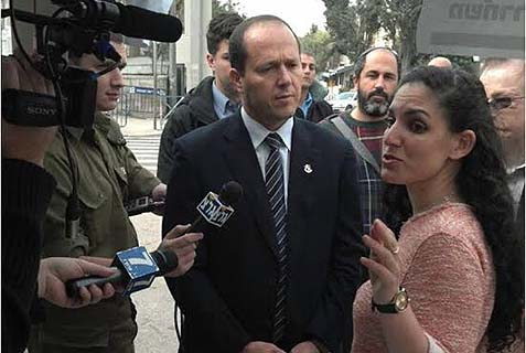 Jerusalem Mayor Nir Barkat apologized to the protesters against murderer release..