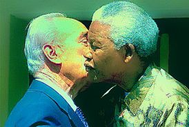 Mandela and Peres kiss each other in 2002.