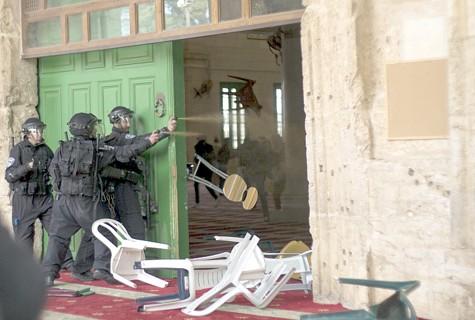 Émeutiers arabes lancent des objets à du personnel de sécurité à l'intérieur de la mosquée Al Aqsa sur le Mont du Temple.