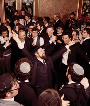 Rabbi Safran (center) with his Yerushalmi hat, circa 1982.