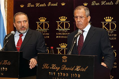 Russian FM Sergei Lavrov (R) at joint news conference in Israel with FM Avigdor Liberman in June 2010. (archive)