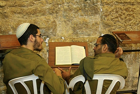 Israeli soldiers learning Torah in Yerushalayim, June 25, 2013.