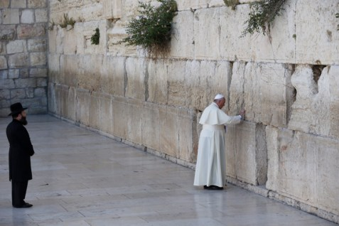 Pope Francis accompanied to Kotel by Western Wall Rabbi Shmuel Rabinovitz, May 26, 2014