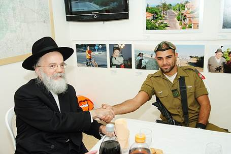 Rabbi Wolpe awarding a prize and certificate to IDF soldier Tsachi Kortzi, who shot a terrorist.