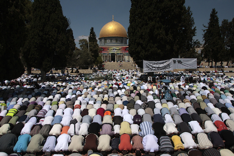 Arabs turn their back on the Dome of the Rock to pray towards Mecca, Ramadan 2009