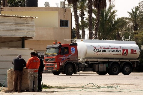 An oil truck goes through the Kerem Shalom crossing to Gaza. (file)