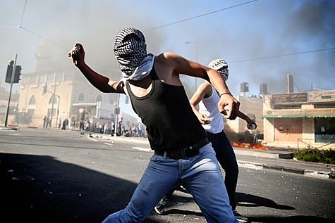 Arabs throwing rocks in Jerusalem. (archive)