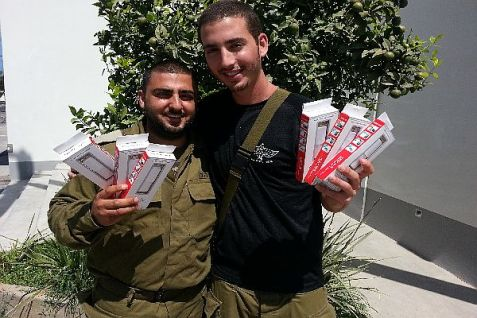 IDF soldiers on the Gaza front received cell phone power banks as part of a Tzohar initiative in time to call their families before Shabbat.