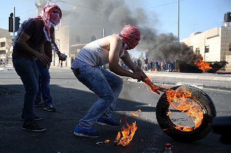 Arabs burn tires in Shuafat neighborhood of Jerusalem. July 2, 2014.