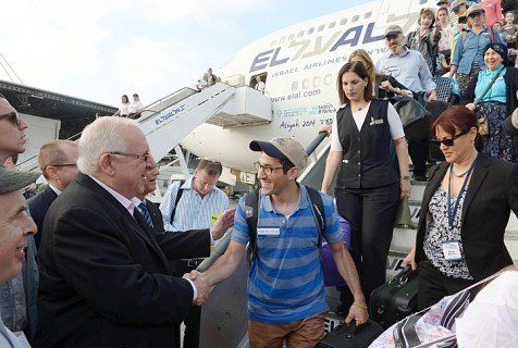 President Ruby Rivlin greets new olim as they step off the plane.