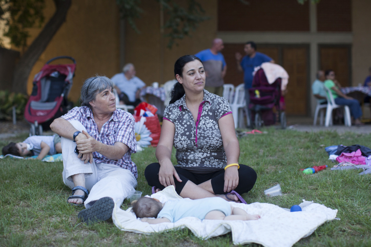 Families from Kibbutz Nahal Oz relax at kibbutz Urim, August 25, 2014.