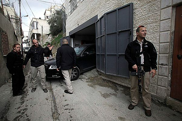 Israeli soldiers and security personnel protect Jews in Silwan Valley.