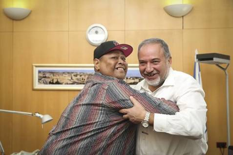 Minister of Foreign Affairs, Avigdor Liberman take on Japanese Sumo wrestler Konishki Yasokichi at the Foreign Ministry in Jerusalem, October 23, 2014.  Yasokichi, a celebrity in Japan, was visiting Jerusalem to take part in the Japanese Culture Week.