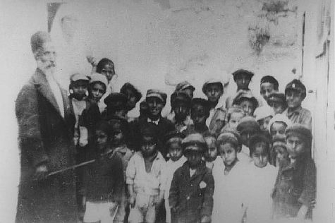 """Mori"" and Yemenite students in Kfat HaShiloach in 1800s."