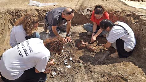 High school students working at the Yehud excavation.