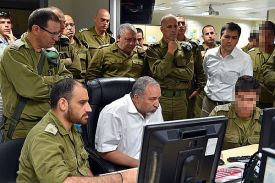 Defense Minister Avigdor Liberman in briefing with IDF in southern Israel.