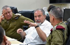 Defense Minister Avigdor Liberman (C) seen during a visit to the North Front Command.