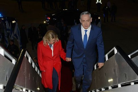 Israel's PM Benjamin Netanyahu and wife Sarah board the plane to head for Paris conference.