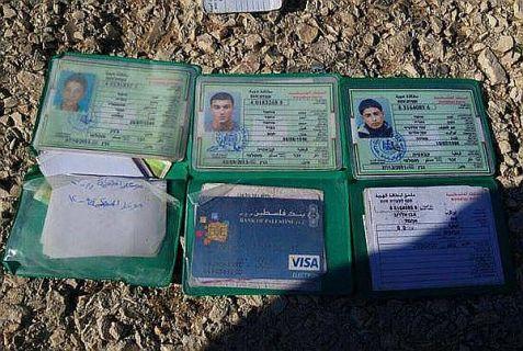 les cartes d'identité des trois terroristes qui ont mené l'attaque à la porte de Damas à Jérusalem.