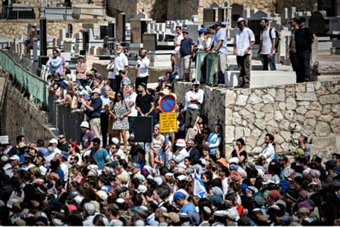 Thousands attend the funeral of Nechamia Lavie at Har HaMenuchot Cemetery in Jerusalem on October 4, 2015. Lavie was killed Oct. 3 as he tried to help Jews attacked by a Palestinian Arab terrorist in the Old City.