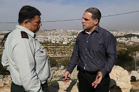 Government Coordinator in the Territories Maj.-Gen. Yoav Mordechai (L) speaks with Efrat Local Council head Oded Ravivi. (archive / 2015)