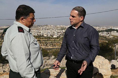Government Coordinator in the Territories Maj.-Gen. Yoav Mordechai (L) speaks with Efrat Local Council head Oded Ravivi. (archive / 2015)