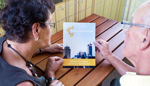 JEZT - Senioren betrachten des Programm der Seniorentage in Jena - Symbolfoto © Stadt Jena
