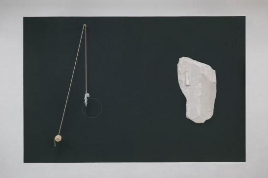 Daniel Roth, Der See, 2017, Wandfarbe, Wandzeichnung, Holz, Aluminium, Seil, Aluminium- und Gipsguss, variable Dimension, © Meyer Riegger Karlsruhe