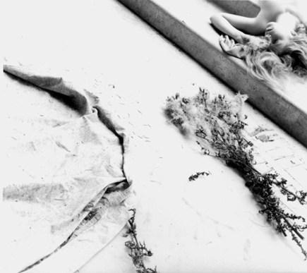Francesca Woodman Untitled, Providence, Rhode Island 1975/1978, Silbergelatineabzug © Charles Woodman / Courtesy Charles Woodman, and Galerie Thomas Schulte, Berlin