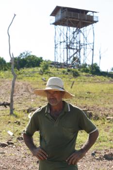 Pescador Elizeu Nascimento vigia tanques-redes de casa de palafita