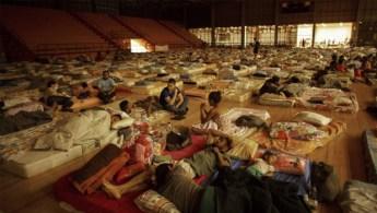 Vítimas instaladas em um ginásio em Mariana: solidariedade não pode se tornar uma forma de desviar o foco | Daniel Marenco / O Globo