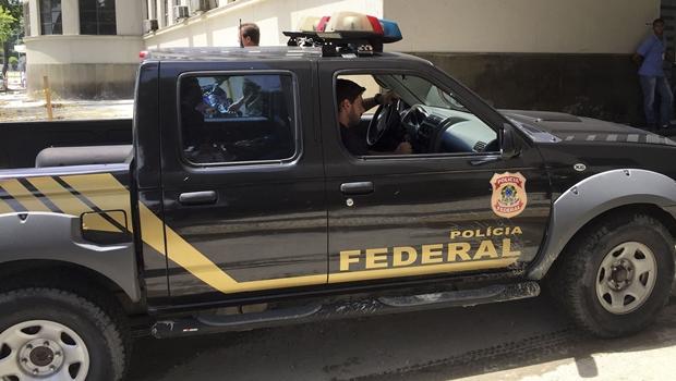 CIB_Agentes-da-Policia-Federal-chegam-a-sede-da-PF-no-Rio-de-Janeiro-carregando-malotes_22022016005