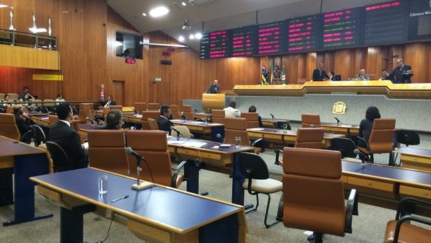 Plenário é esvaziado minutos antes da votação do relatório final da CEI das Pastinhas