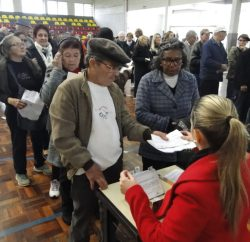 Cerca de 340 aposentados e pensionistas receberam ontem, 19, certificado de isenção do IPTU