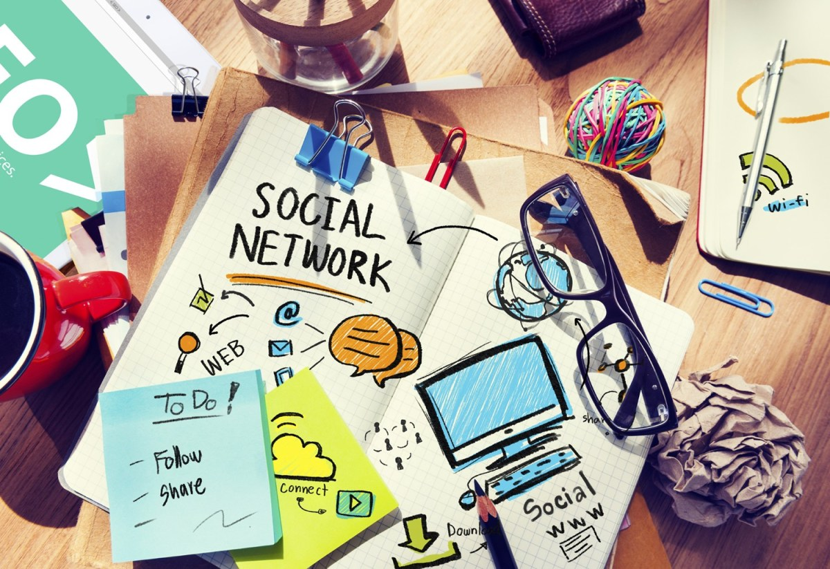 Teaching and Learning with Social Networks: Advantages and Disadvantages