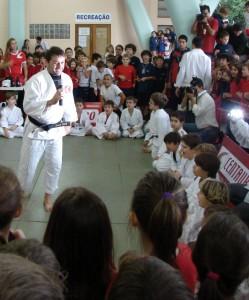 Durante a sua recuperação, Derly recebeu carinho de alunos do Farroupilha em evento   Foto: Tiago Medina