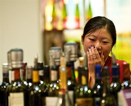 Photo prise lors du Salon international du vin à Hong Kong, le 15 août 2008. (Photo: AFP)