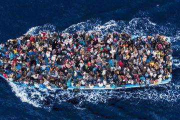 Massimo Sestini fez esta foto a bordo de um helicóptero da Marinha italiana, em 2014, em um ponto do Mediterrâneo entre a Líbia e a Itália. A foto foi vencedora do World Press Photo Award de 2015.