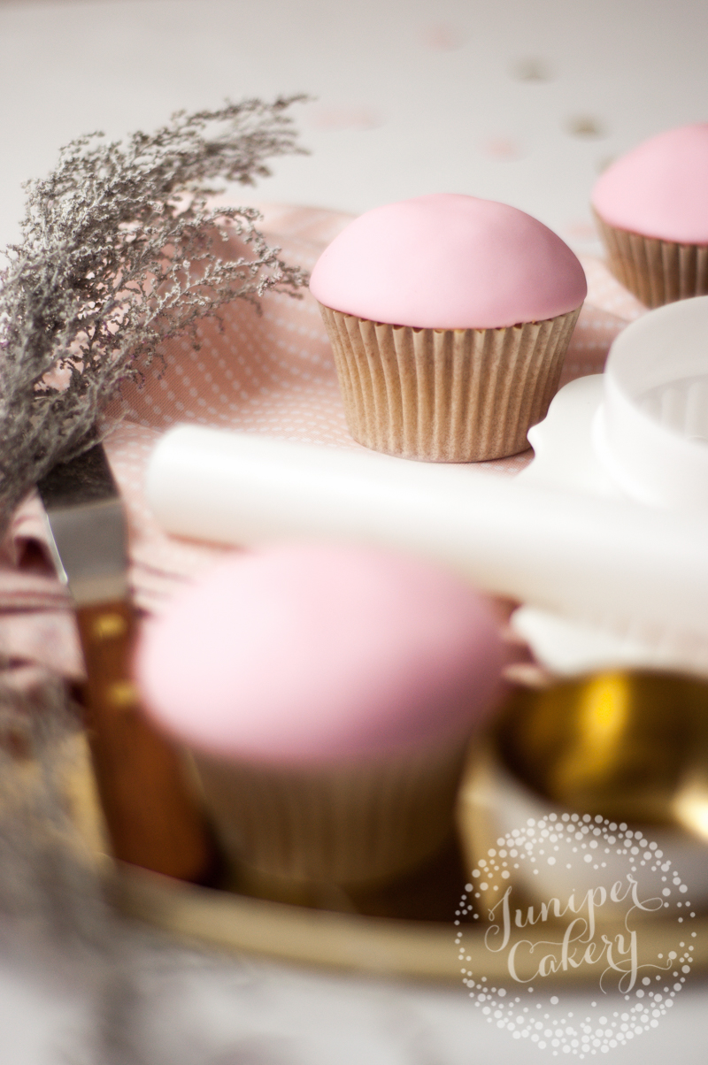 Make this pretty and chic bauble cupcakes for Christmas