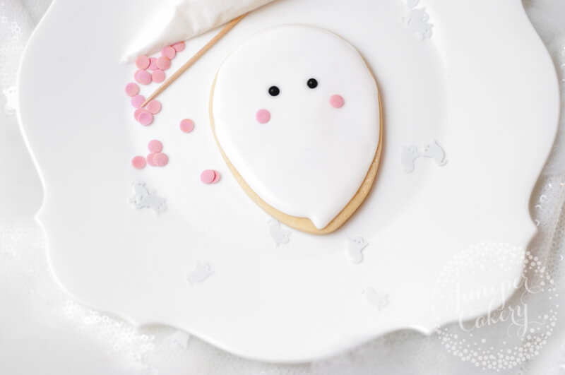 Super cute ghost cookie tutorial by Juniper Cakery