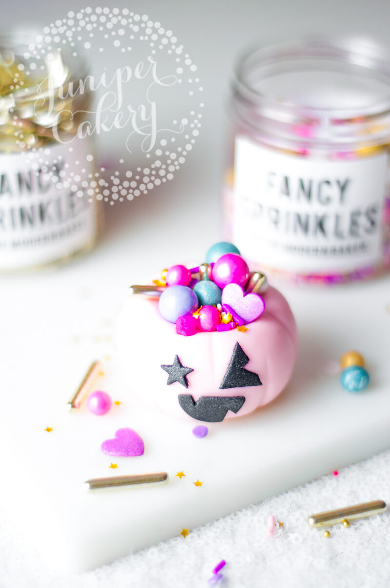 Easy Halloween cupcake tutorial by Juniper Cakery
