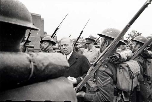 Prime Minister W.L. Mackenzie King inspecting guard of honour from the Régiment de la Chaudière, Redhill, England, 1 July 1941.